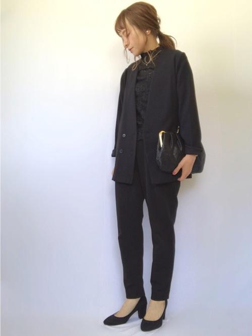 オフィスにぴったりな黒ジャケットコーデ