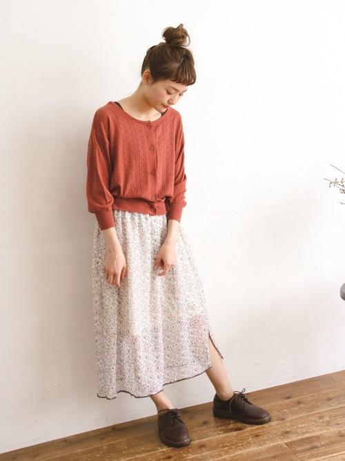 花柄スカートと合わせて柔らかな印象に