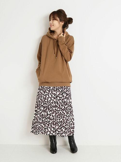 レオパード柄のスカートで大人カジュアルに