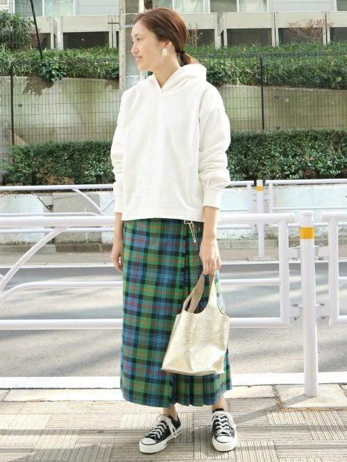 白パーカー×チェック柄スカートのラフコーデ