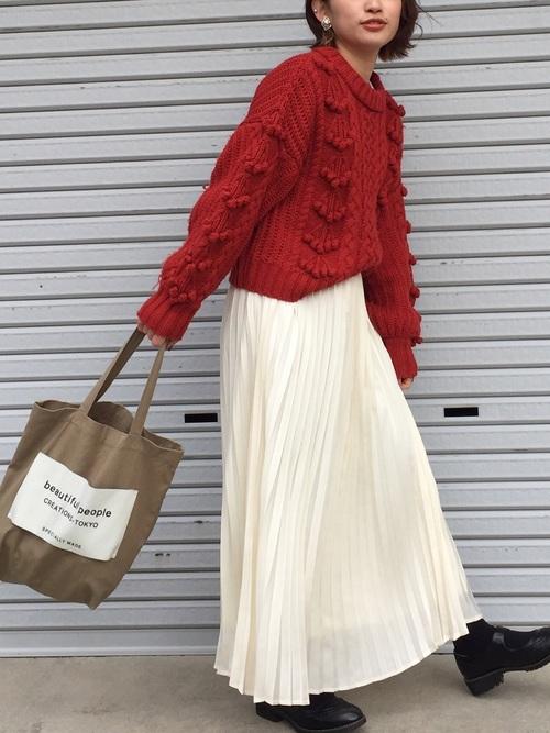 赤ニット×白プリーツスカートコーデ