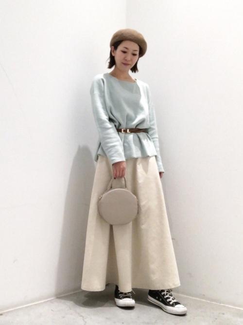 白フレアスカートで可愛らしく