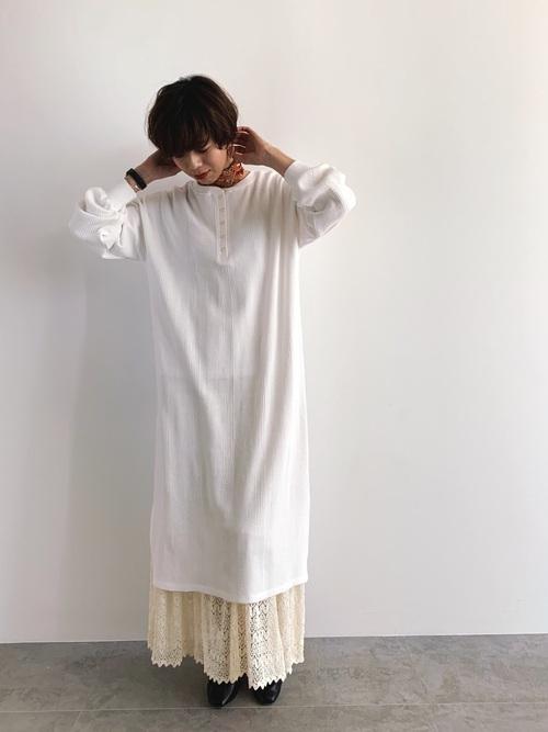 白ワンピ×ロングスカートで秋のレイヤードコーデ