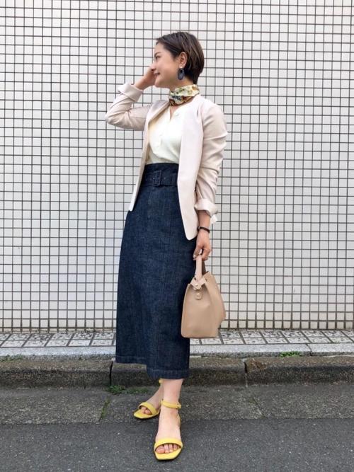 ベージュジャケット×スカートコーデ3