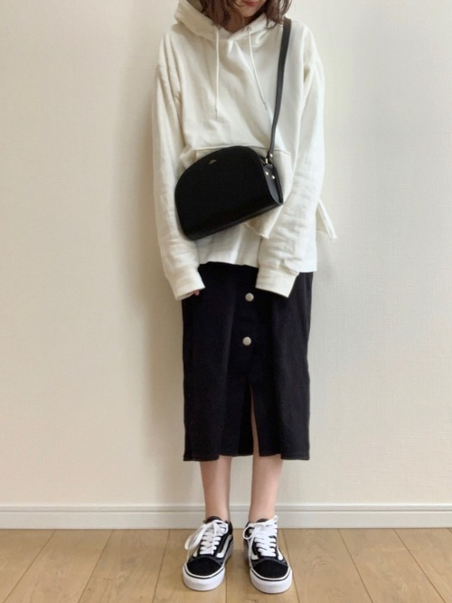 白パーカー×スカートのリラックスコーデ
