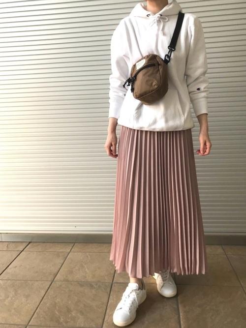 チャンピオンパーカー×スカートの春夏コーデ4