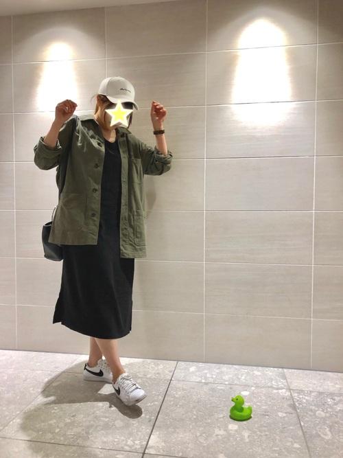 カーキブルゾン×ミモレ丈ワンピースコーデ