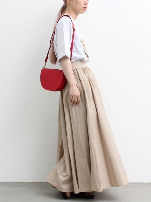 赤のバッグで大人可愛いアクセントを