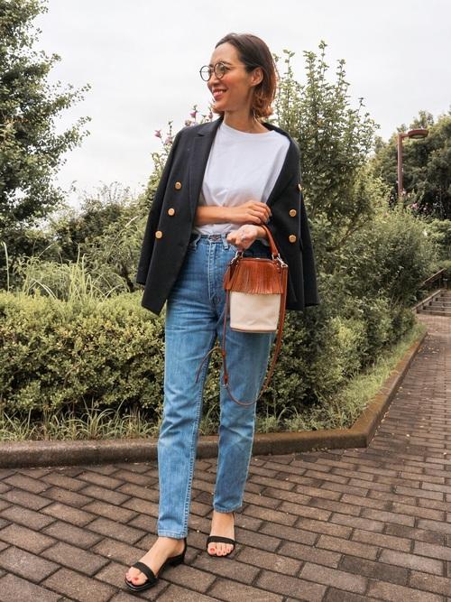 ジャケットを羽織ったシンプルスタイル