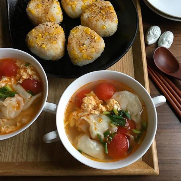 ミニトマトと卵と餃子の酸っぱ辛いスープ