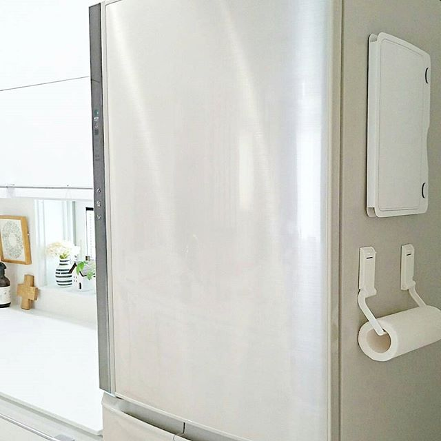 冷蔵庫の側面にキッチンペーパーを