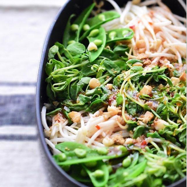 豆苗とナッツのタイ風サラダ