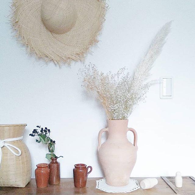 麦わら帽子を壁に飾る4