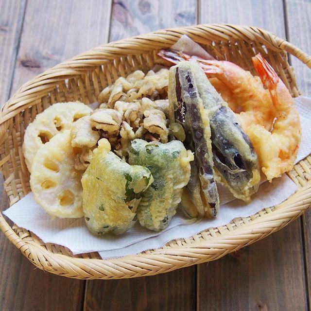 野菜とエビが入った天ぷらの盛り合わせ