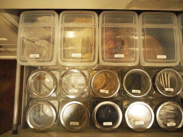乾物・粉類は透明の保存容器で統一感を2