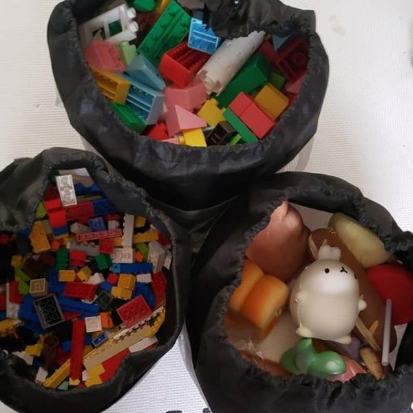 セリアのプラスチック用食器バッグにレゴを収納