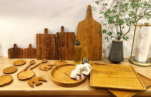 食器類を木製で統一して温もり感じる食卓に