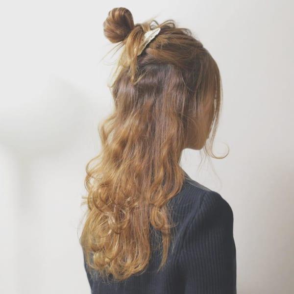 ハーフアップロングはサイドに後れ毛を