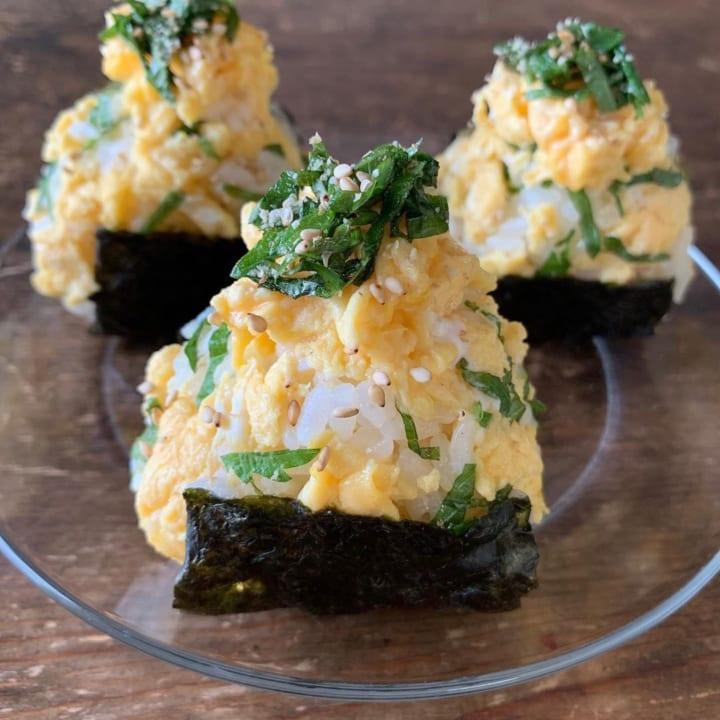 大葉のごま油和えと甘い炒り卵の酢飯おにぎり