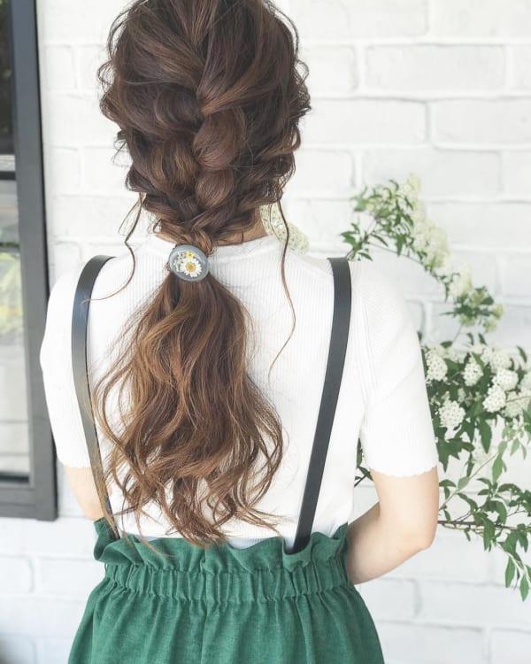 ツイスト×編み込みが印象的なポニーテールも後れ毛を