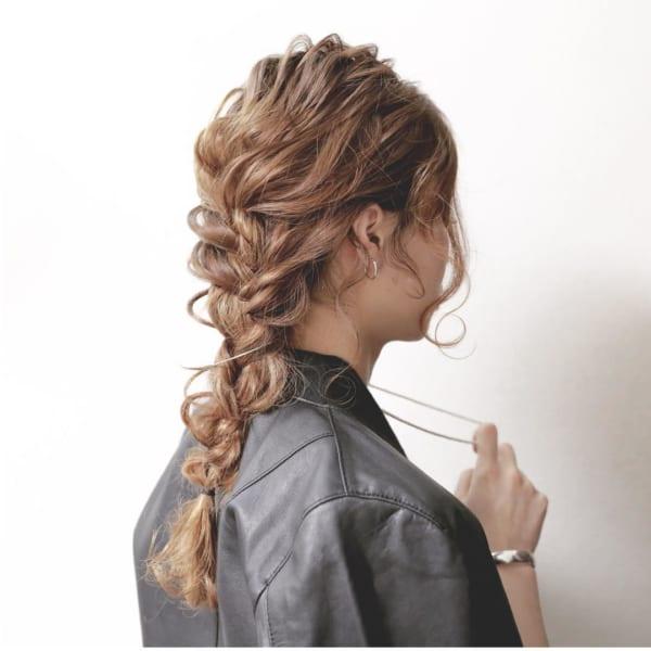 編み込みポニーテールにはゆる巻きの後れ毛を