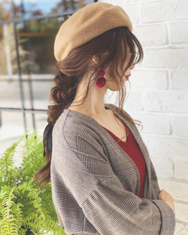 編みおろし×ベレー帽には顔まわりに後れ毛を
