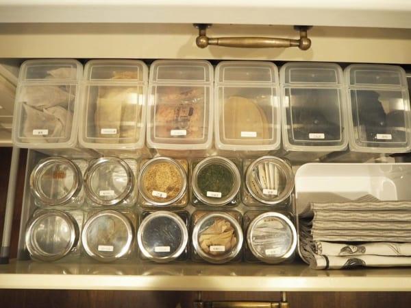 乾物・粉類は透明の保存容器で統一感を