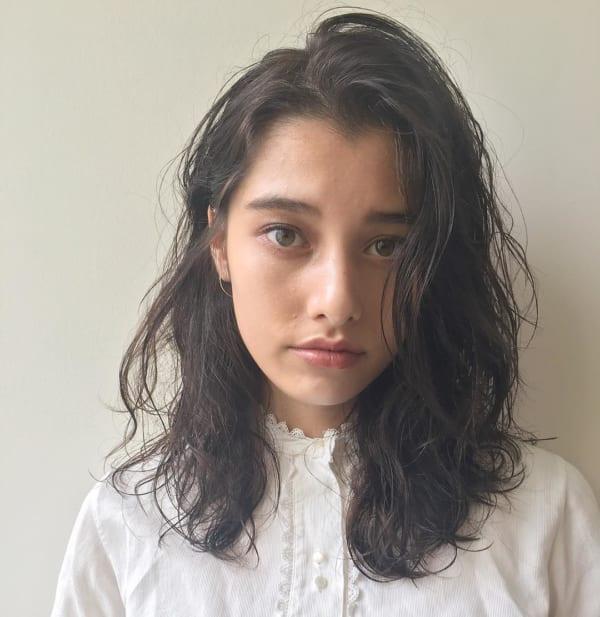丸顔さんに似合うミディアムヘア《前髪なし》3