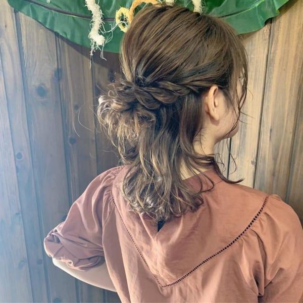三つ編みのハーフアップも後れ毛でかわいく