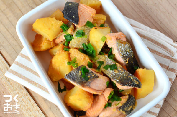 鮭とじゃがいもの味噌バター煮込み