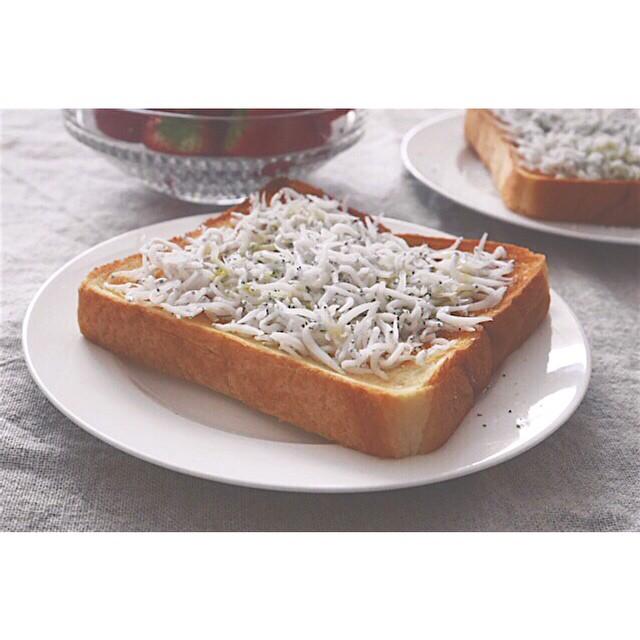 シンプルで美味しい!釜揚げしらすトースト
