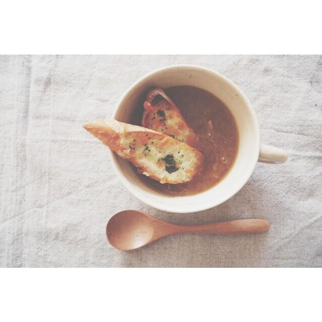 ⑧人気スープ:バゲット付きオニオンスープ
