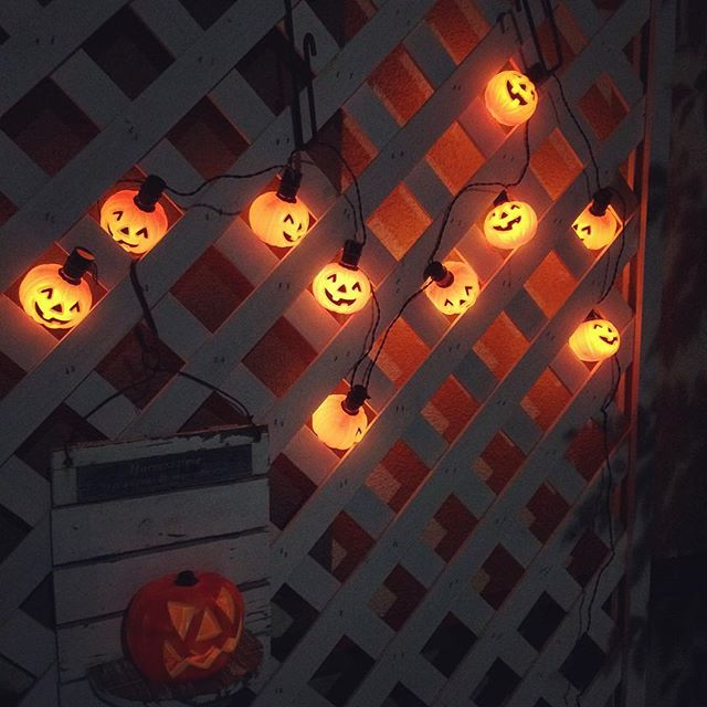 家の外の飾り付けにはオレンジのイルミネーション