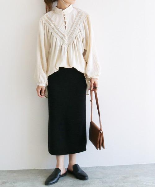 リネンのシャツ×黒タイトスカート
