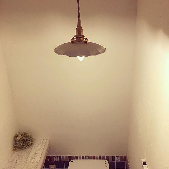 昭和レトロなインテリアコーディネートのポイント 昼白色の蛍光灯