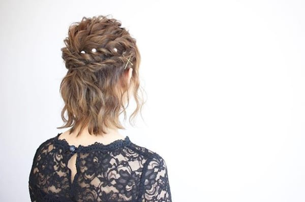 2段のねじりで結婚式にふさわしいヘアアレンジ