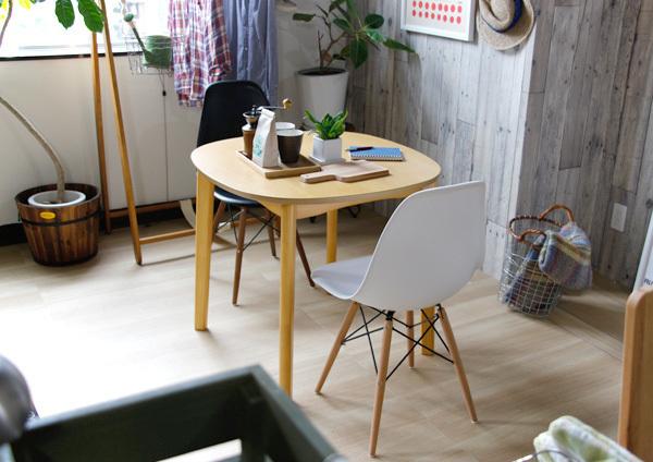 部屋の片隅にテーブルをお洒落に配置