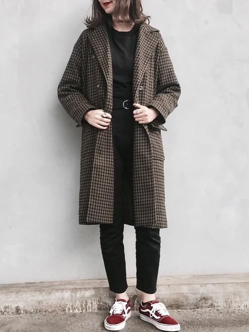 黒デニム×チェックコート