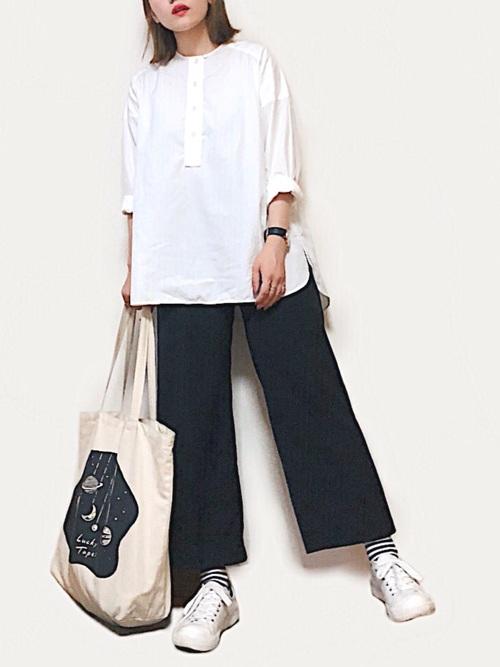 黒いワイドパンツに白スニーカー