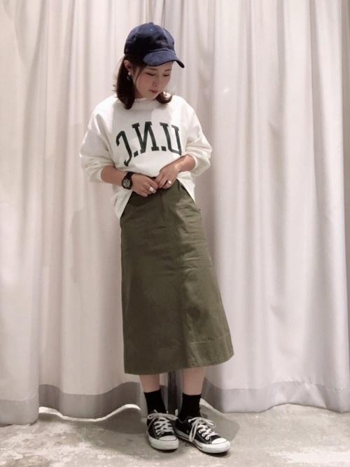 ミディ丈台形スカートで大人カジュアルコーデ