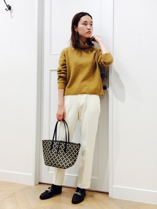 白色パンツ×大人カジュアルなコーデ