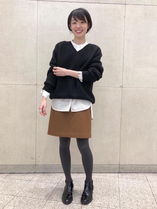 黒ニット×白シャツで美人コーデ
