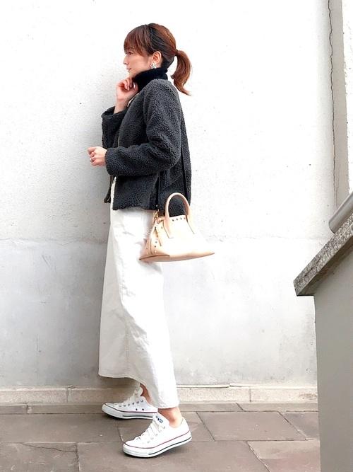 ホワイトデニムスカートで上品カジュアルに