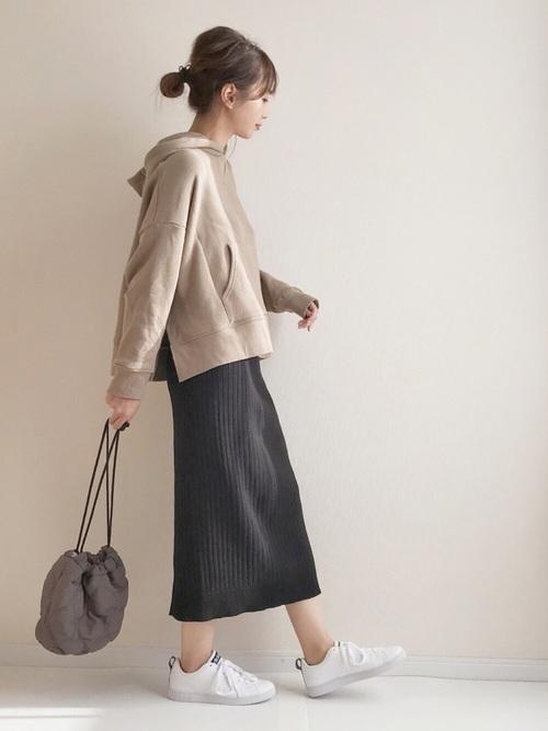 黒のリブスカートと白スニーカー