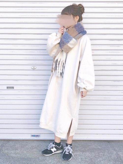 白ワンピース×チェック柄マフラーの冬コーデ