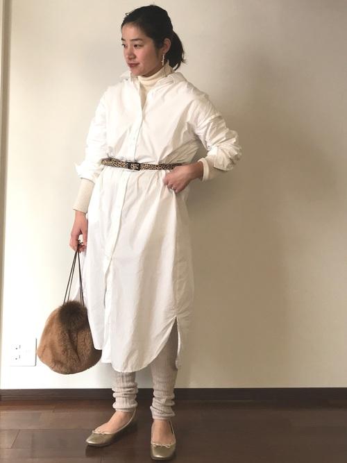 白タートルネック×シャツワンピでヘルシーに