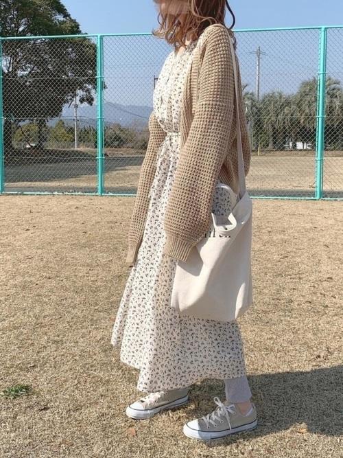 白花柄ワンピース×ベージュカーディガンの冬コーデ