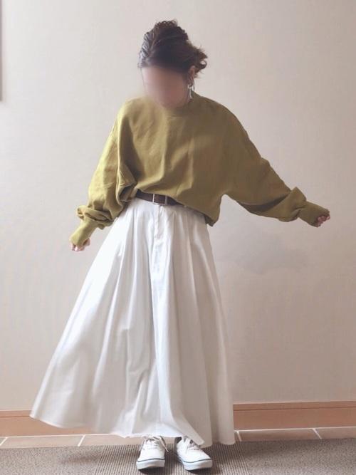 白ロングスカートと白スニーカー