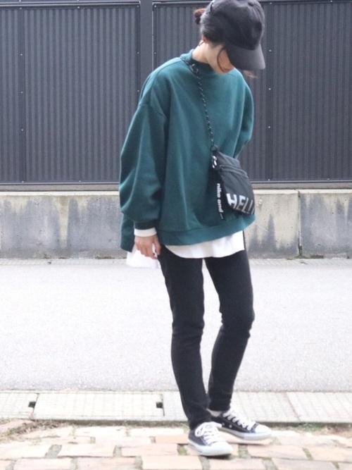 無印良品黒パンツ×グリーンスウェットコーデ