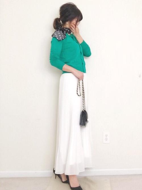 【ユニクロ】グリーンカーデ×白スカート